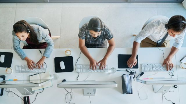 atendentes de telemarketing trabalhando