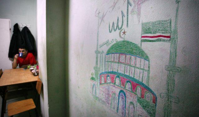 Комната чеченского беженца в лагере беженцев в деревне Дебак, недалеко от Варшавы, 16 января 2008 года