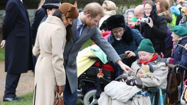 哈里王子和梅根與等待的人群互動。