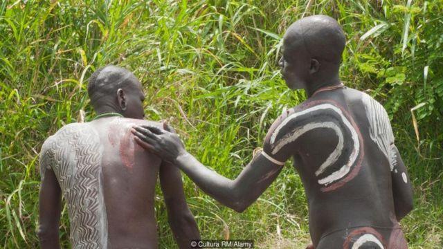 बग़ैर कपड़ों के आदिवासी