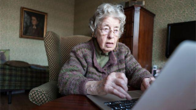 Une femme plus âgée avec un ordinateur