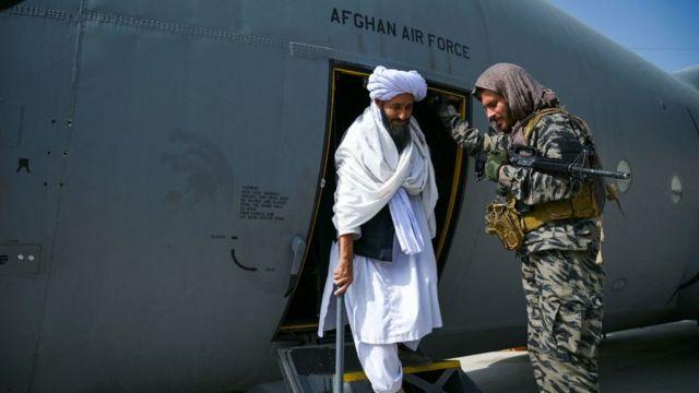 Taliban güçleri ele geçirdikleri uçakları böyle inceledi