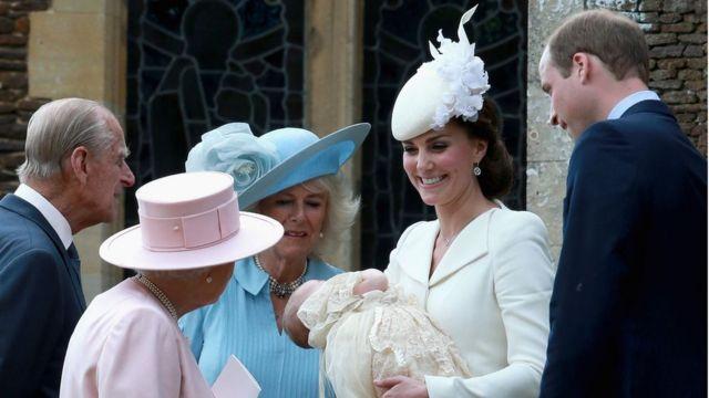 وليام وكيت يقدمان الأميرة شارلوت للملكة