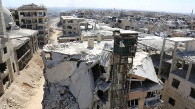 صورة تظهر الدمار في بلدة حرستا في الغوطة الشرقية