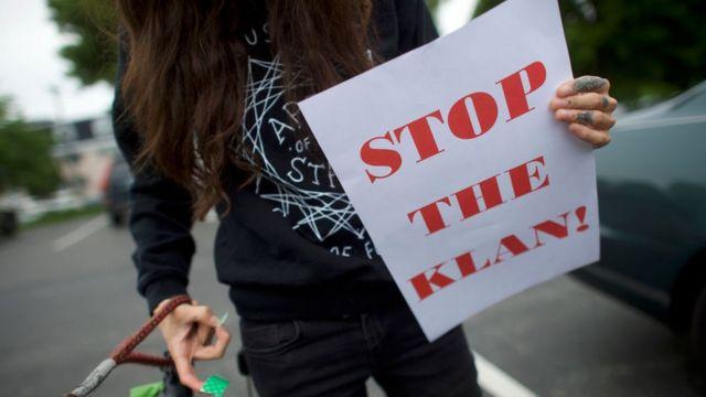 """Una persona con un cartel que dice """"Paren al Klan"""""""