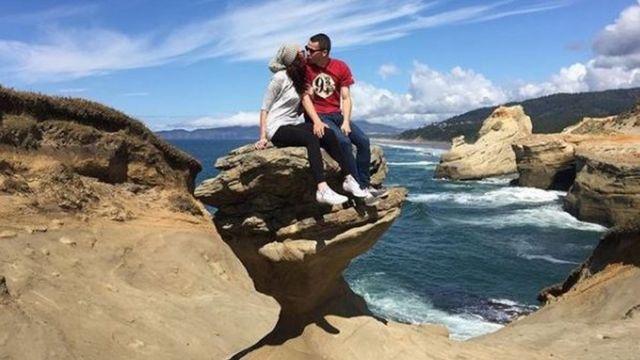 Paraje besándose sobre la roca.