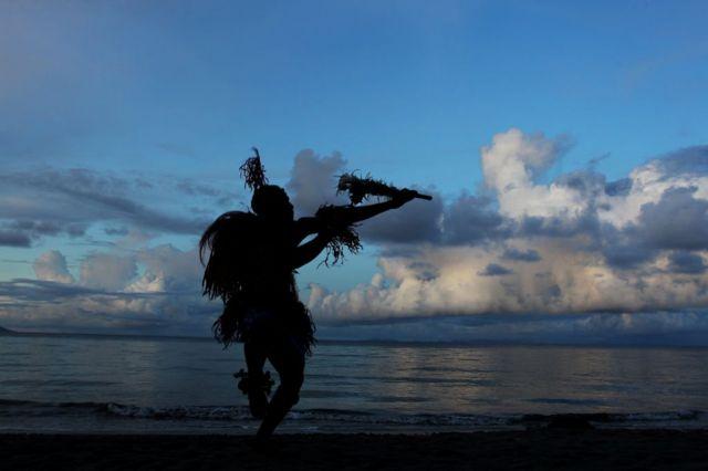一名所罗门群岛的舞者正在表演传统舞蹈。(photo:BBC)