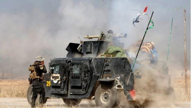 モスルに近いバルテラでIS戦闘員らに向け砲撃するイラクの特殊部隊(20日)