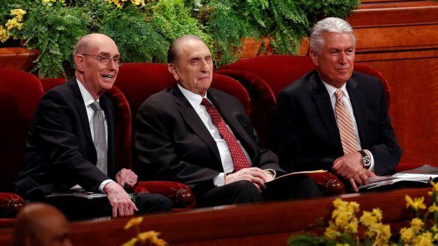 Monson con sus dos consejeros principales durante la reunión bianual de los mormones, en 2014.