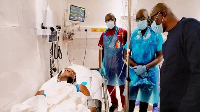 Le gouverneur de l'État de Lagos, Babajide Sanwo-Olu, rend visite à des personnes blessées dans un hôpital de Lagos le 21 octobre 2020