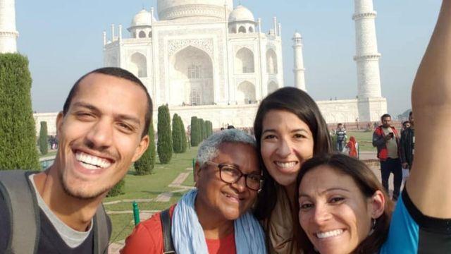 A aposentada Jô e outros três companheiros de viagens posam em frente ao Taj Mahal, na Índia