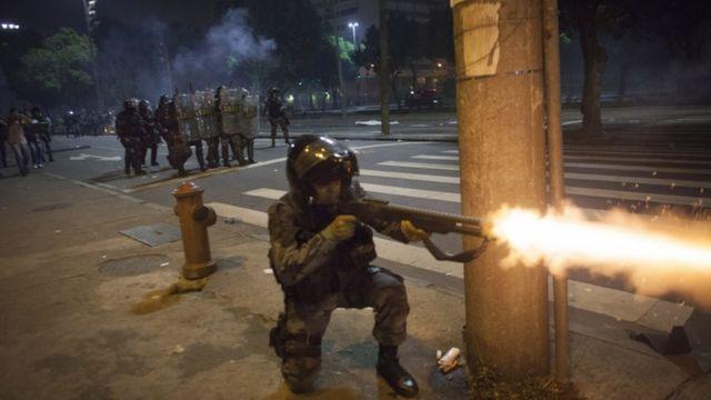 polícia dá tiro de borracha em manifestação no Rio de Janeiro