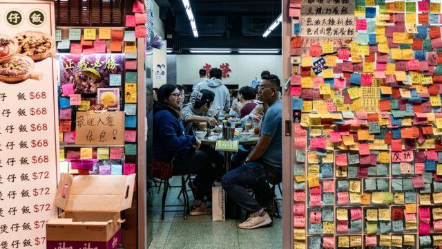 在去年持續半年的香港「反送中」抗議運動中,許多香港食肆門外設置「連儂牆」。