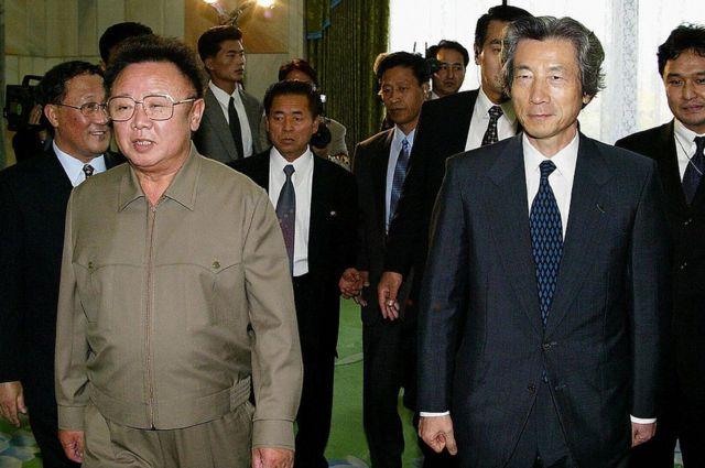 El primer ministro japonés, Junichiro Koizumi, camina con el líder norcoreano Kim Jong-Il antes de sus conversaciones en Pyongyang el 17 de septiembre de 2002.