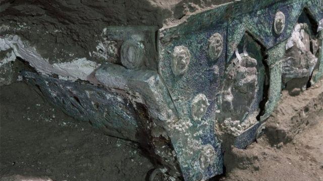Фотография колесницы с раскопок в Помпеях