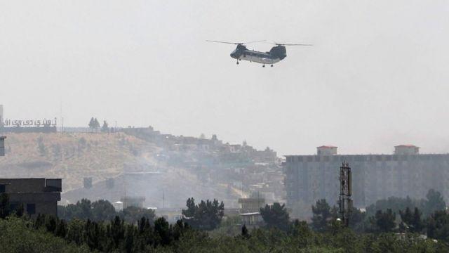 Helicóptero militar dos EUA sobrevoa a embaixada daquele país em Cabul