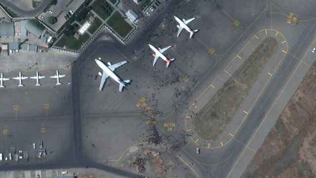 جمعیت در اطراف هواپیماها و محوطه فرودگاه کابل