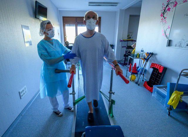 Yoğun bakımda tedavi edilen Covid-19 hastaları, yitirdikleri kas gücünü geri kazanmak için fizik tedavi terapileri alıyor.