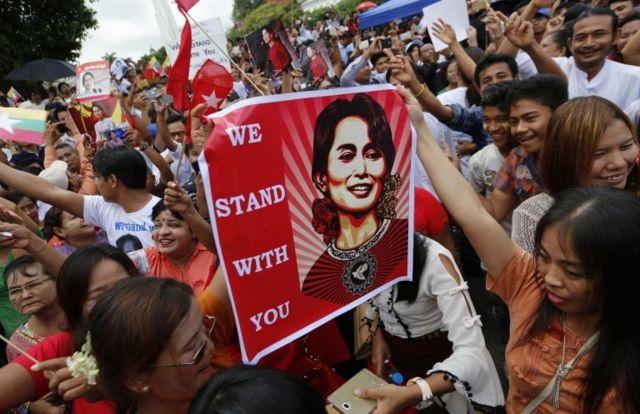 Suu Kyi destekçileri sokaklarda toplandı