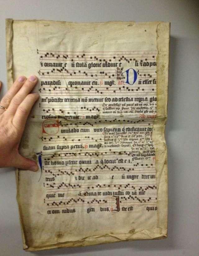 Antiguo texto católico utilizado para encuadernar un libro.
