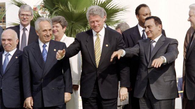 मिस्र के राष्ट्रपति होस्नी मुबारक, अमरीकी राष्ट्रपति बिल क्लिंटन, जॉर्डन के किंग हुसैन और रूस के राष्ट्रपति बोरिस येल्तसिन के साथ