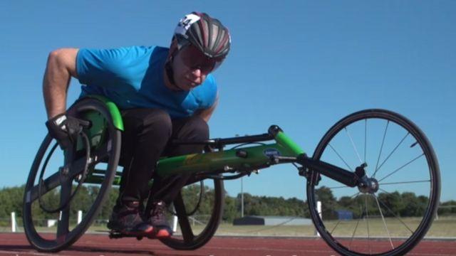 Martin Pistorious sobre una silla de ruedas con la que compite.