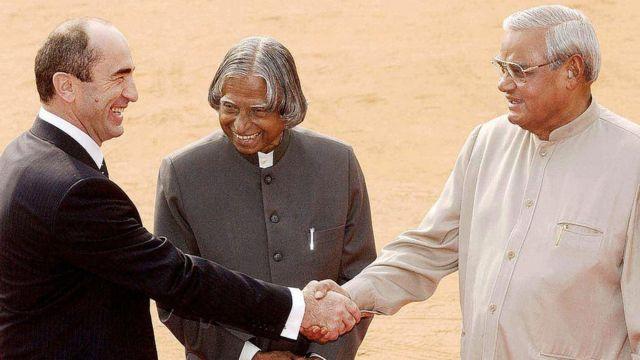 இந்தியப் பிரதமர் அடல் பிஹாரி வாஜ்பாய் மற்றும் ஜனாதிபதி ஏ.பி.ஜே. அப்துல் கலாம் ஆகியோர் 31 அக்டோபர் 2003 அன்று ஆர்மீனியா ஜனாதிபதி ராபர்ட் கோச்சரியனை வரவேற்றனர்