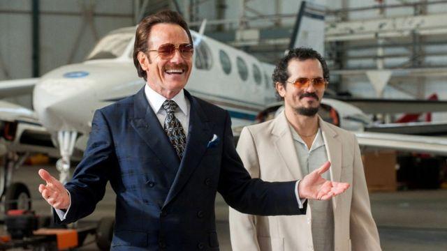 """Escena de la película """"El Infiltrado"""" con Brian Cranston (izq.) y John Leguízamo"""