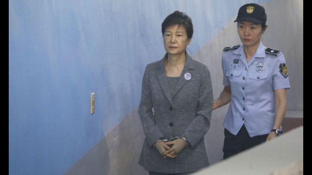 Park Geun-hye chegando para participar de audiência em tribunal de Seul em 2016