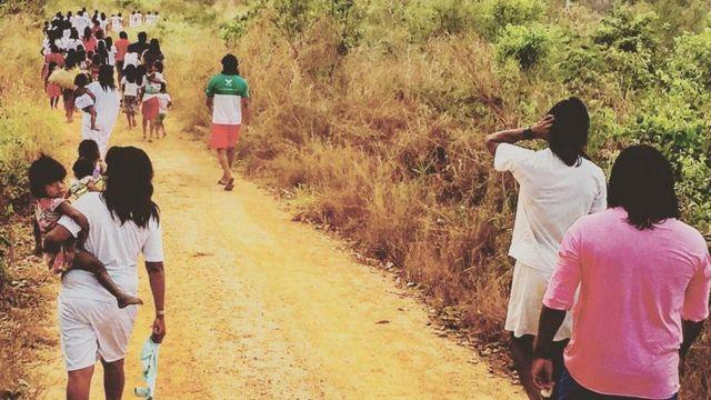 Xavantes caminham por trilha