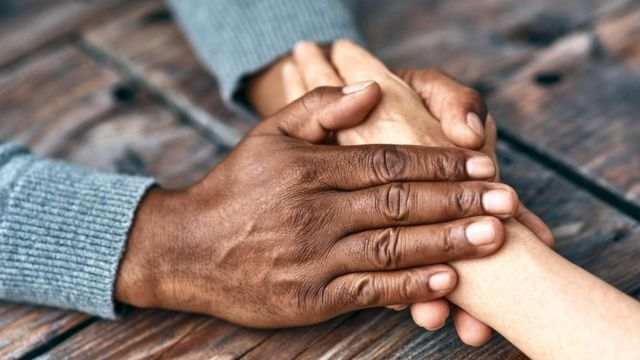 બે લોકોનાં હાથ