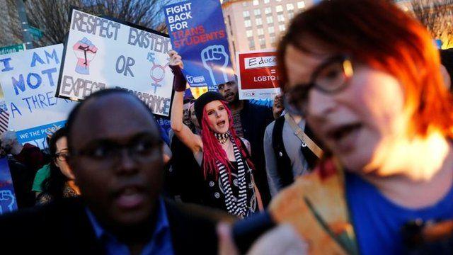 Около двух сотен трансгендеров и борцов за права ЛГБТ собрались у Белого дома, чтобы выразить возмущение принятым решением