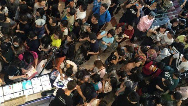 台北某百貨公司10月1日週年慶開賣當天人潮。適逢十一黃金周,中國觀光客也加入這波折扣大戰。