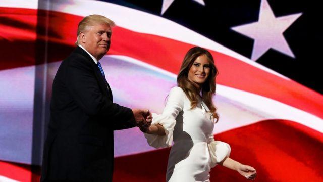 Donald Trump presenta a su esposa Melania ante la Convención Nacional Republicana.
