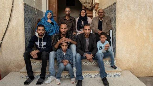 A família de Nidhal Gharibi, fotografada após sua morte - sete adultos e duas crianças.