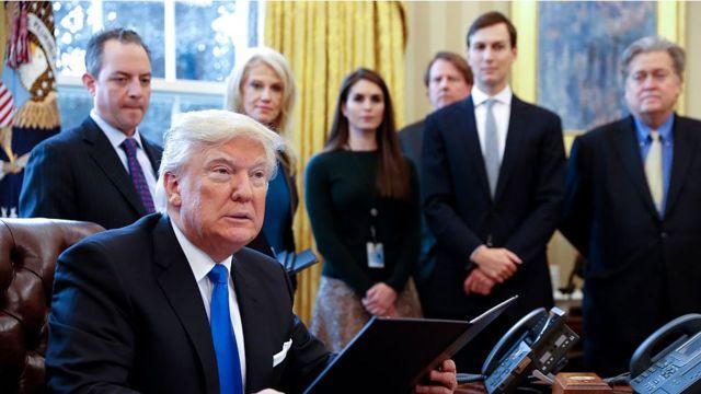 Hope Hicks no fundo de foto de Trump