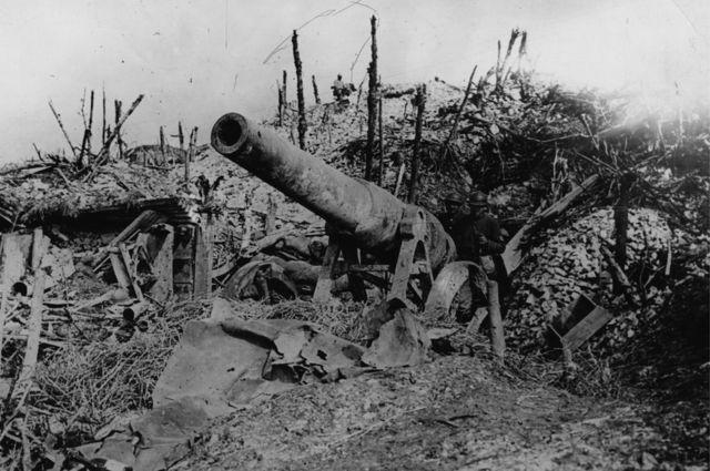 Una pistola alemana de 150 lb abandonada después de la batalla.