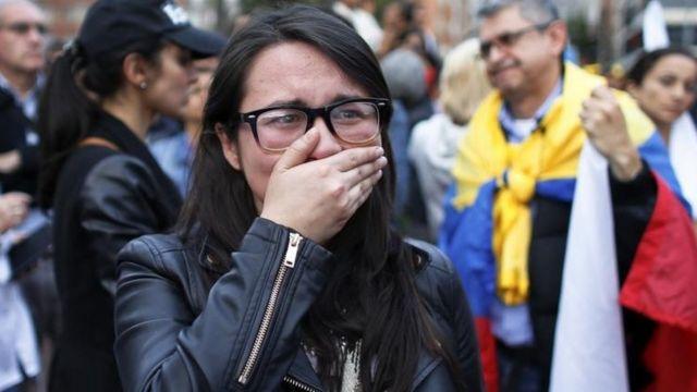 Una joven se tapa la cara tras el resultado.