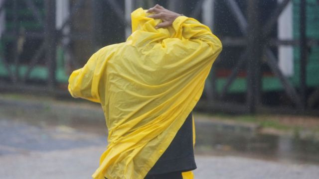 Hombre en impermeable en Nicaragua durante el huracán Eta.