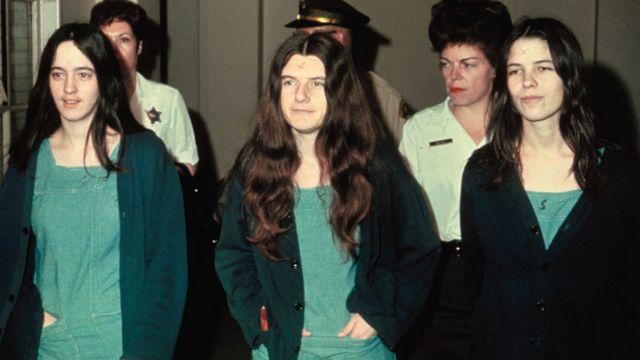 Susan Atkins, Patricia Krenwinkel y Leslie Van Houten (dcha) se dirigen al tribunal en 1970.