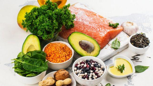 Foto de alimentos considerados saudáveis, como salmão, abacate e amêndoas