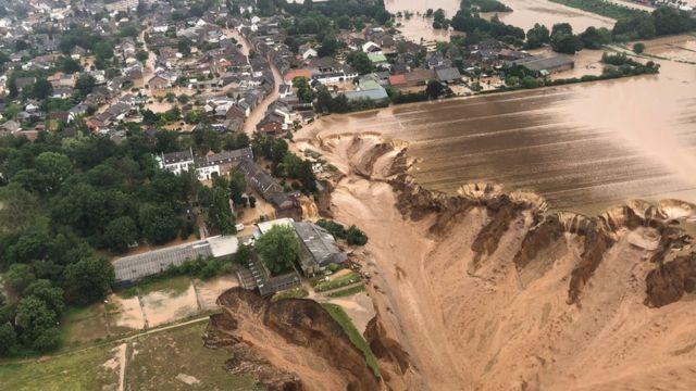 Almanya'nın Erfstad kentinde toprak kayması meydana geldi.