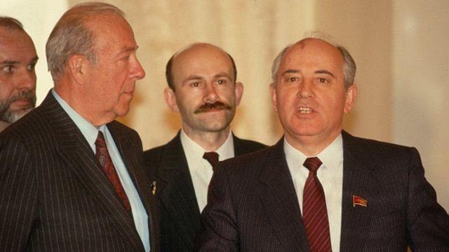 Mr Shultz iyo hoggaamiyihii Sofiyeetka ee xilligaas 1980-kii Mikhail Gorbachev