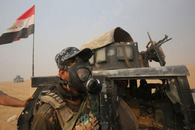 القوات العراقية تتجمع في منطقة الشورة، جنوب الموصل، يوم 24 أكتوبر / تشرين الأول 2016 خلال عملية لاستعادة الموصل، المعقل الرئيسي لجهاديي تنظيم الدولة الاسلامية في العراق.