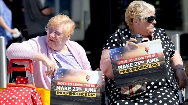 Dos mujeres mayores con carteles a favor del Brexit