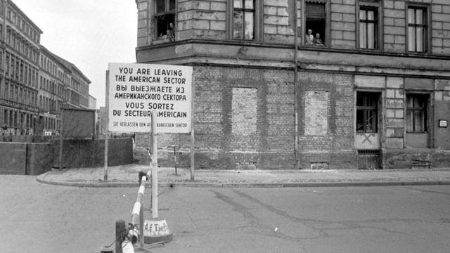 Imagen del cartel que anunciaba el final del sector estadounidense.