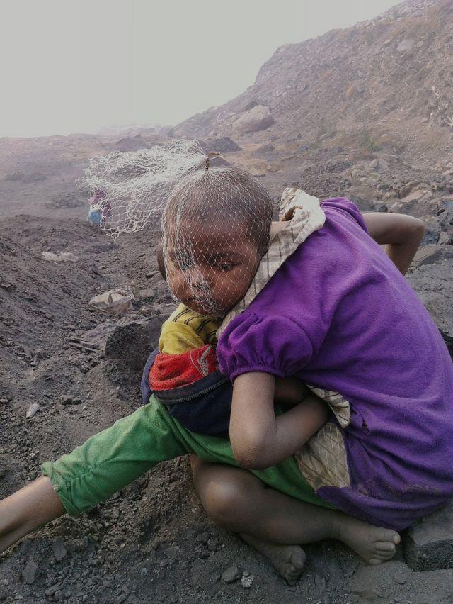 Dos niños sentados en una mina de carbón de Jharia.