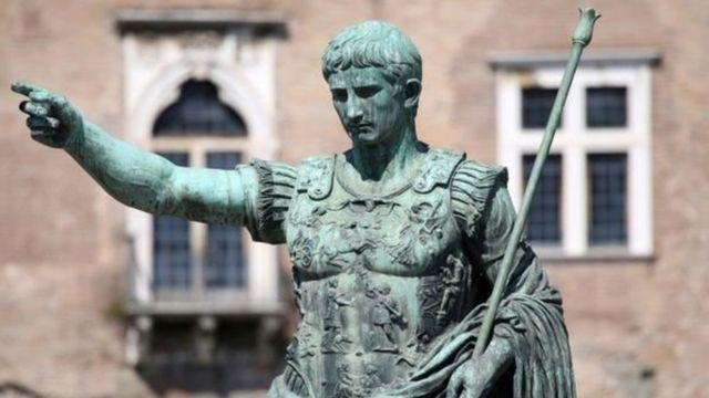 Julio Caesar alinazisha kalenda mpya kwa heshima ya mungu janus kama mwanzo wa mwaka mpya.