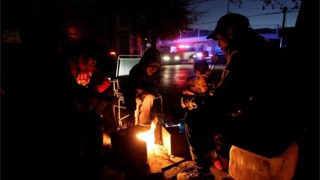 Personas alrededor de una fogata en Monterrey