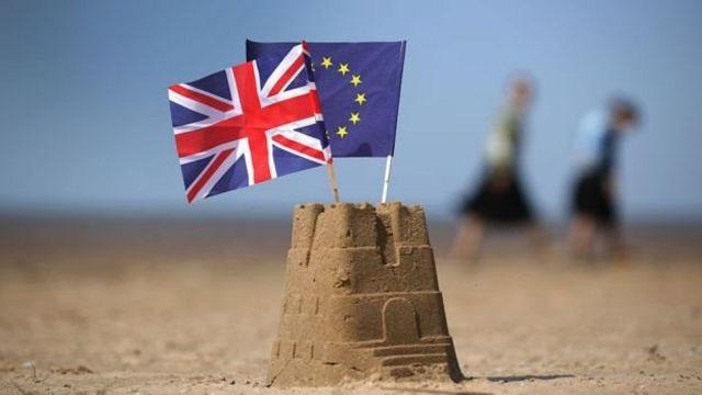 Пісочний замок і прапори Британії та ЄС